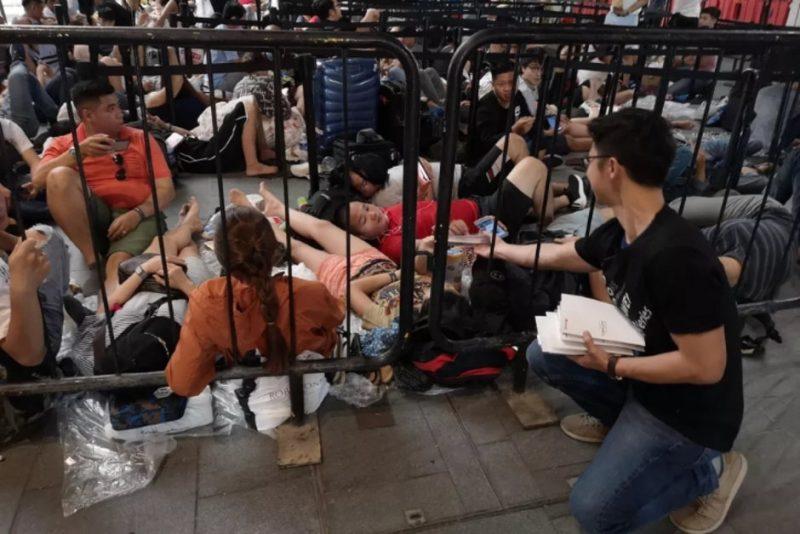 Hauwei trolla Apple: omaggia un power bank ai fan in fila per iPhone XS